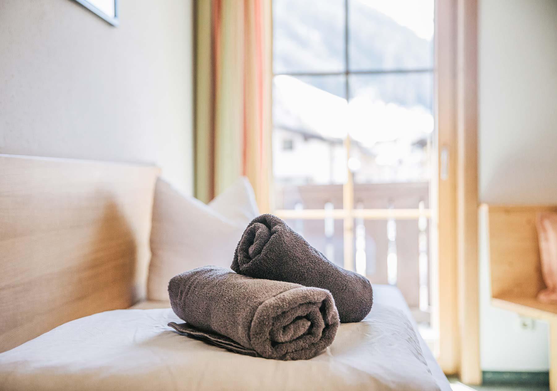 Handtücher am Bett