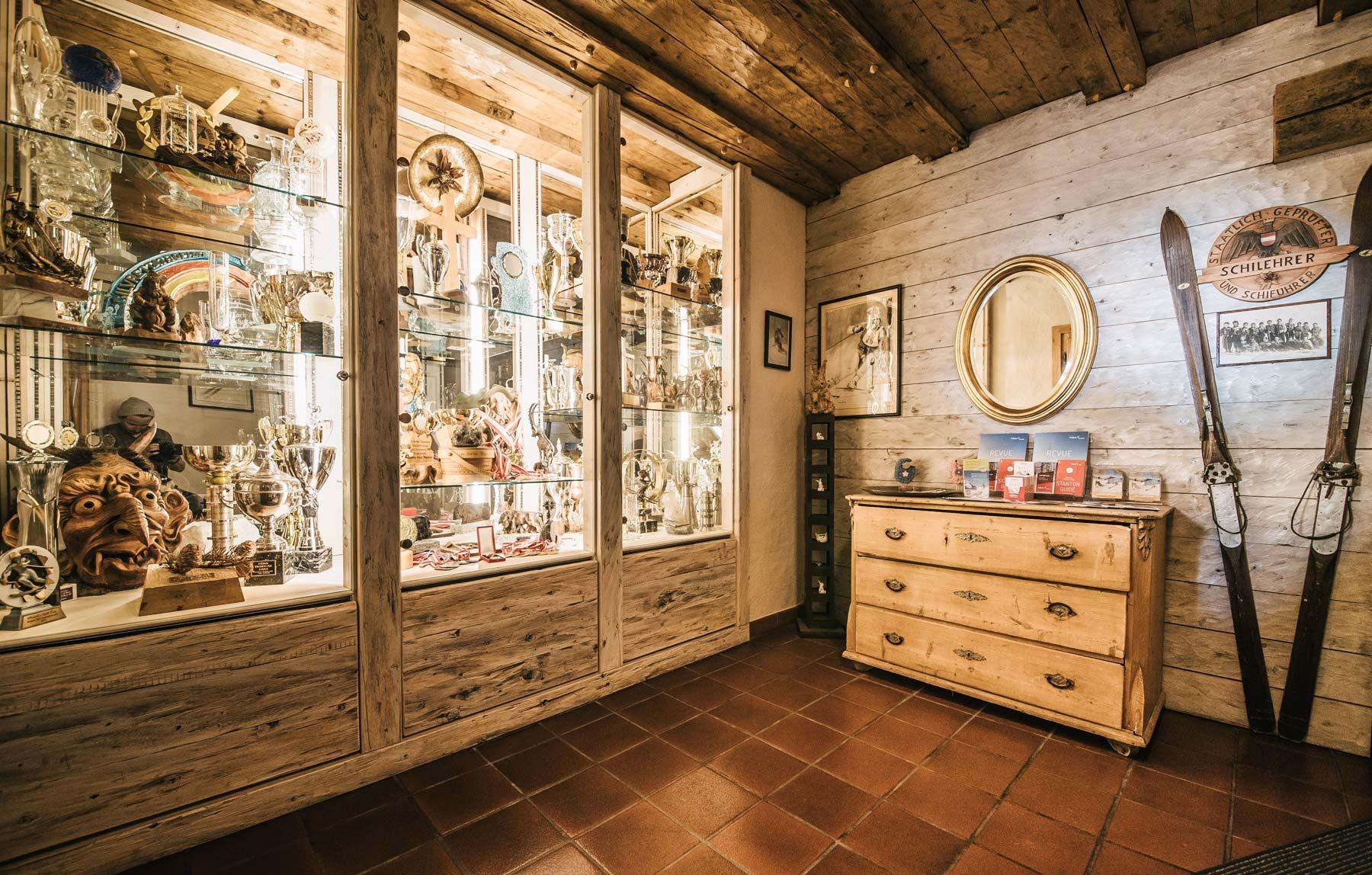 Eingangsbereich mit Vitrine im Haus Hannes Spiss